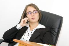Bella giovane donna all'ufficio fotografie stock