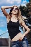 Bella giovane donna alla moda fotografie stock libere da diritti