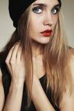 Bella giovane donna alla moda in cappello ragazza bionda di bellezza in cappuccio Fotografie Stock