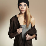 Bella giovane donna alla moda in cappello ragazza bionda di bellezza in cappuccio usura casuale Immagine Stock