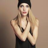 Bella giovane donna alla moda in cappuccio Ragazza bionda di bellezza fotografia stock libera da diritti