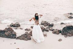 Bella giovane donna alla moda di boho sulla spiaggia al tramonto Immagini Stock Libere da Diritti