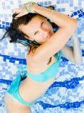Bella giovane donna alla piscina Fotografie Stock Libere da Diritti