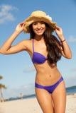 Bella giovane donna alla spiaggia Fotografie Stock