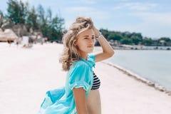 Bella giovane donna allegra in bikini sulla spiaggia Immagine Stock