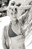 Bella giovane donna allegra in bikini sulla spiaggia Fotografia Stock Libera da Diritti