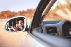 Bella giovane donna arrabbiata che grida in sua automobile fotografie stock libere da diritti