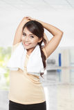 Bella giovane donna asiatica che fa allungamento, dell'interno Fotografie Stock Libere da Diritti