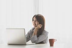 Bella giovane donna asiatica che lavora a casa Immagine Stock Libera da Diritti