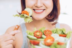 Bella giovane donna asiatica che mangia l'insalata della verdura fresca Loosin Fotografia Stock Libera da Diritti