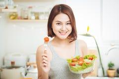 Bella giovane donna asiatica che mangia l'insalata della verdura fresca Loosin Fotografia Stock