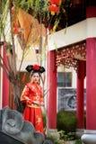 Bella giovane donna asiatica che porta un vestito dalla sposa del cinese tradizionale immagine stock