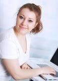 Bella giovane donna asiatica che studia, con il taccuino Fotografia Stock