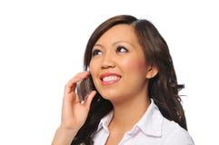 Bella giovane donna asiatica con il telefono delle cellule fotografie stock libere da diritti