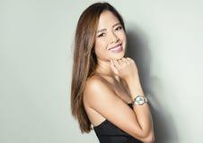 Bella giovane donna asiatica con l'orologio d'uso Immagini Stock Libere da Diritti