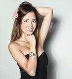 Bella giovane donna asiatica con l'orologio d'uso Immagine Stock