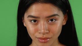 Bella giovane donna asiatica sexy con il piercing del labbro che sorride alla macchina fotografica video d archivio