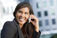 Bella giovane donna asiatica sul suo telefono delle cellule Fotografia Stock Libera da Diritti