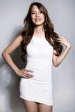 Bella giovane donna asiatica in vestito bianco con pelle perfetta fotografia stock