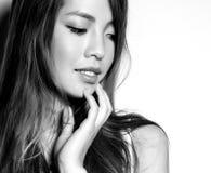 Bella giovane donna asiatica in vestito bianco con pelle perfetta Immagine Stock Libera da Diritti