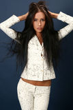 Bella giovane donna attraente in vestito bianco Immagine Stock
