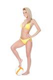 Bella giovane donna in bikini che gioca gioco del calcio Fotografia Stock