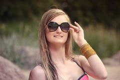 Bella giovane donna in bikini sulla spiaggia soleggiata Immagini Stock