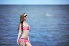 Bella giovane donna in bikini sulla spiaggia soleggiata Immagine Stock