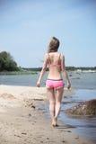 Bella giovane donna in bikini sulla spiaggia soleggiata Fotografia Stock