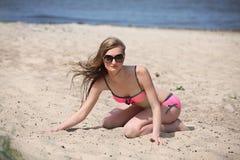 Bella giovane donna in bikini sulla spiaggia soleggiata immagini stock libere da diritti
