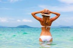 Bella giovane donna in bikini sulla spiaggia tropicale soleggiata   Immagini Stock