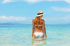 Bella giovane donna in bikini sulla spiaggia tropicale soleggiata   Fotografie Stock Libere da Diritti