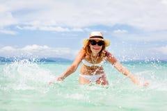 Bella giovane donna in bikini sulla spiaggia tropicale soleggiata Fotografie Stock