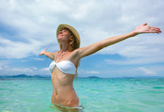 Bella giovane donna in bikini sulla spiaggia tropicale soleggiata reale Fotografia Stock Libera da Diritti