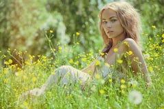 Bella giovane donna bionda all'aperto Giorno pieno di sole Fondo di estate della natura Fotografie Stock Libere da Diritti