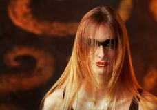Bella giovane donna bionda alta con trucco dorato artistico Fotografia Stock