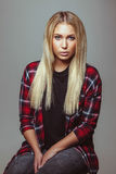 Bella giovane donna bionda in attrezzatura casuale Fotografie Stock Libere da Diritti