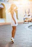 Bella giovane donna bionda che cammina sulla via Immagini Stock Libere da Diritti