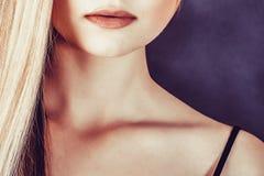 Bella giovane donna bionda con capelli diritti lunghi Immagine Stock