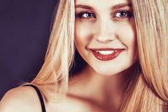 Bella giovane donna bionda con capelli diritti lunghi Immagini Stock