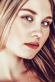 Bella giovane donna bionda con capelli diritti lunghi Fotografie Stock