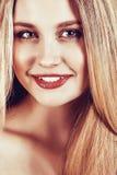 Bella giovane donna bionda con capelli diritti lunghi Fotografie Stock Libere da Diritti