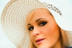 Bella giovane donna bionda con capelli lunghi in cappello Fotografia Stock