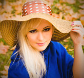 Bella giovane donna bionda con capelli lunghi in cappello Fotografie Stock Libere da Diritti