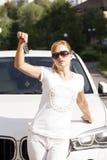 Bella giovane donna bionda con la chiave dell'automobile fotografie stock libere da diritti