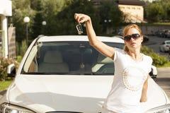 Bella giovane donna bionda con la chiave dell'automobile fotografia stock libera da diritti