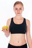Bella giovane donna bionda con una mela in sua mano Immagini Stock Libere da Diritti