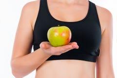 Bella giovane donna bionda con una mela in sua mano Immagine Stock