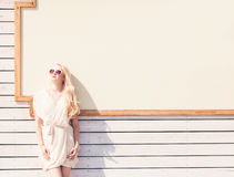 Bella giovane donna bionda di estate del ritratto sensuale all'aperto di modo di un vestito bianco in occhiali da sole sulla via  Fotografie Stock
