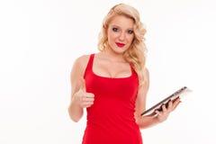 Bella giovane donna bionda in maglietta rossa che tiene i comp. della compressa Fotografie Stock Libere da Diritti